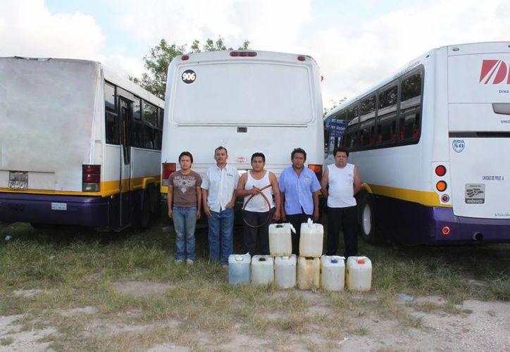 Cuando la policía llegó los delincuentes tenían en su poder ocho bidones llenos de gasolina. (Cortesía)
