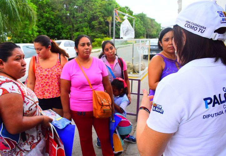 Gaby Pallares expuso que en cada recorrido la población le refrenda su apoyo y expone su rechazo a respaldar a quienes cuando fueron diputados locales le dieron la espalda a la población. (Redacción/SIPSE)
