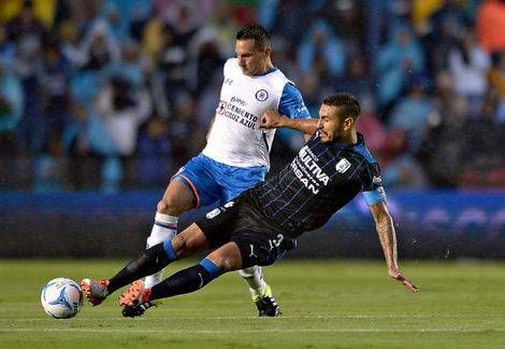 Con tres goles de Emmanuel Villa,  Gallos Blancos de Querétaro ganó 4-2 a Cruz Azul, que sumó su tercer traspié al hilo en la Liga MX. (mexsports.com)