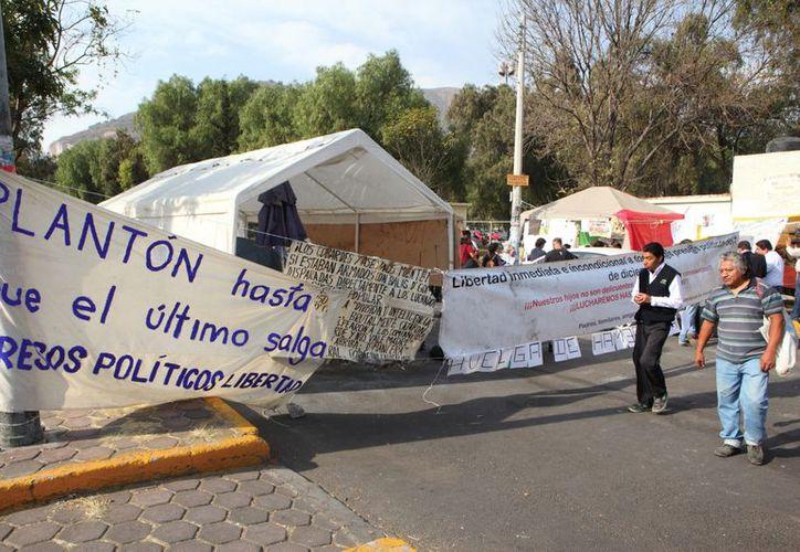105 Familiares de los jóvenes presos por los disturbios del 1 de diciembre esperan su liberación fuera del Reclusorio Norte de la Ciudad de México, el pasado 27 de diciembre. (Notimex)