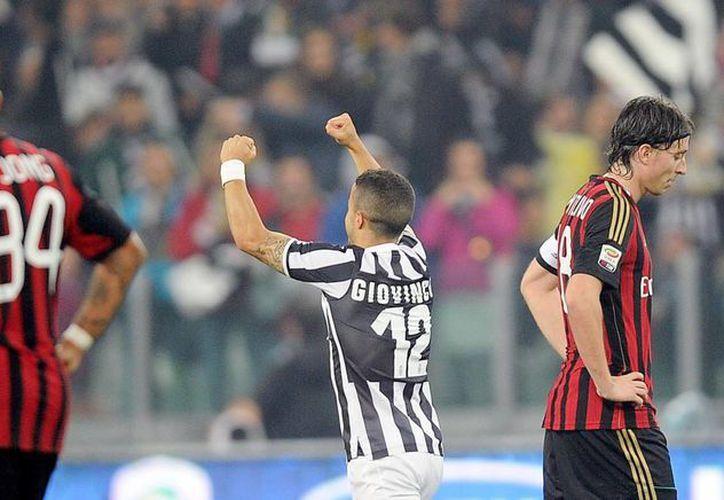 El delantero del Juventus Sebastian Giovinco (c) celebra su gol en el partido de la Serie A que han jugado FC Juventus y AC Milan en el Juventus stadium de Turín, Italia. (EFE)