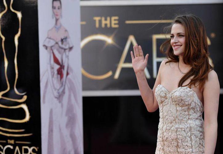 Kristen Stewart saluda a su llegada a la gala del Oscar. (Agencias)
