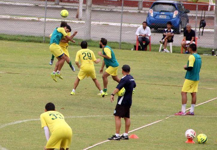 El equipo astado realizó prácticas en Tamanché de cara al torneo Apertura 2015 del ascenso MX. En la foto: jugadores de venados disputan un balón en el interescuadras. (José Acosta)