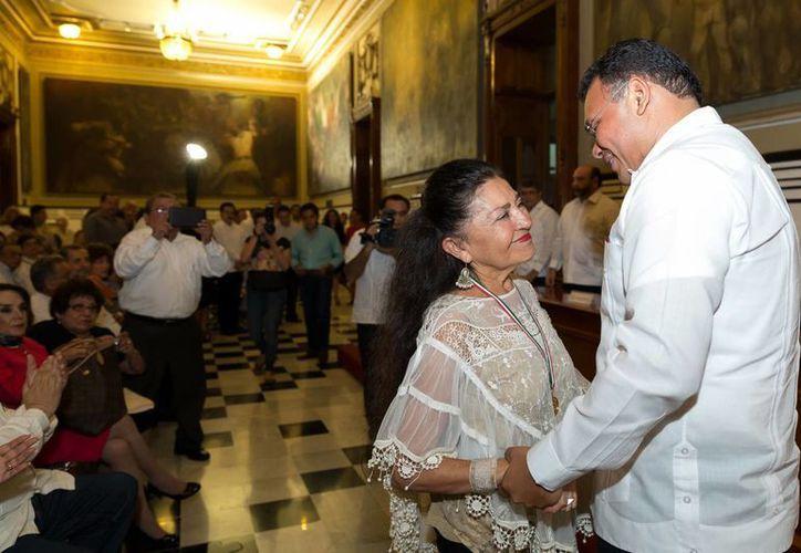 El gobernador Rolando Zapata felicita a Sara Poot Herrera durante la entrega de la medalla  en el Palacio de Gobierno. (Milenio Novedafes)