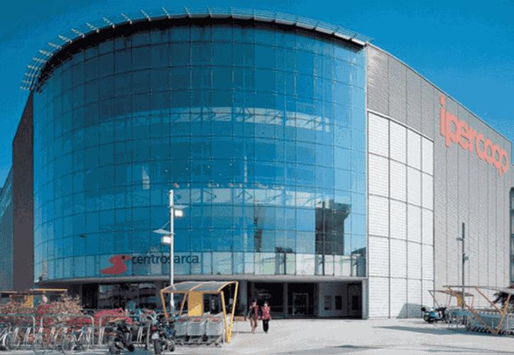 El padre de la víctima denunció que la entrada del techo del centro comercial no estaba cerrada. (La República)
