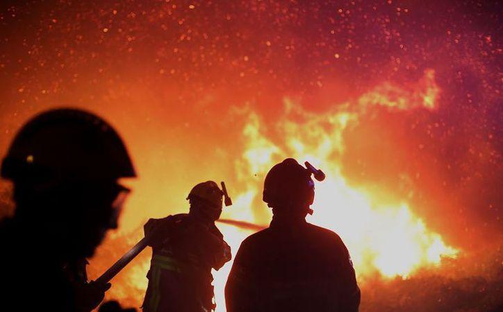 Cerca de 10 mil personas fueron desalojadas en el sur de Francia, por un incendio. (AP).
