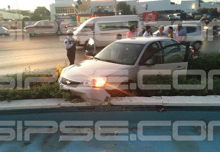 Tras colisionar con una camioneta,  el Malibú se terminó impactando contra la glorieta Miguel Hidalgo. (SIPSE)
