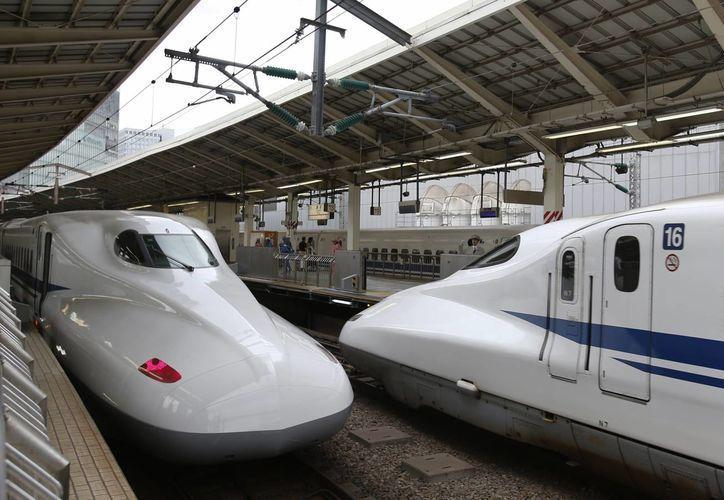 En esta imagen del 24 de septiembre de 2014, un tren bala Shinkansen llega a la estación de Tokio, en Japón.(Agencias)