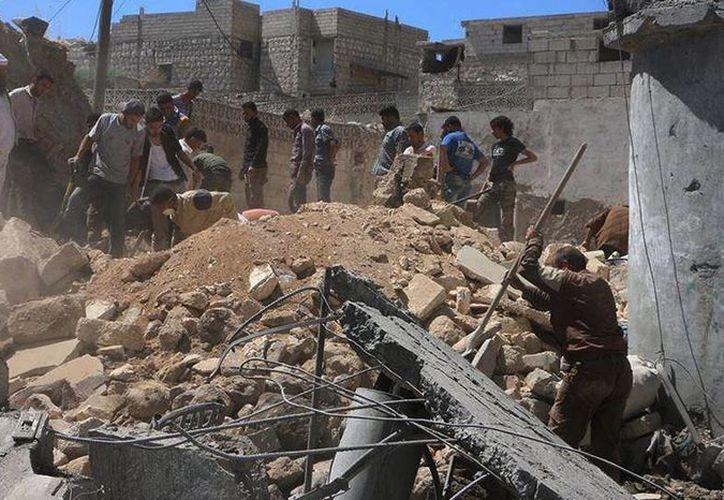 Ataques aéreos dejaron más de una decena de muertos en Idlib, Siria, según organizaciones no gubernamentales. (AP)