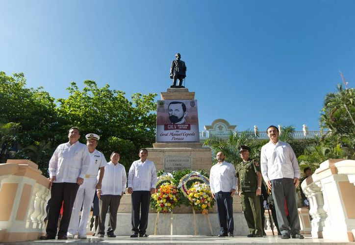 El gobernador Rolando Zapata Bello y autoridades civiles y militares depositaron una ofrenda floral y realizaron una guardia de honor ante la estatua de Manuel Cepeda Peraza. (Cortesía)