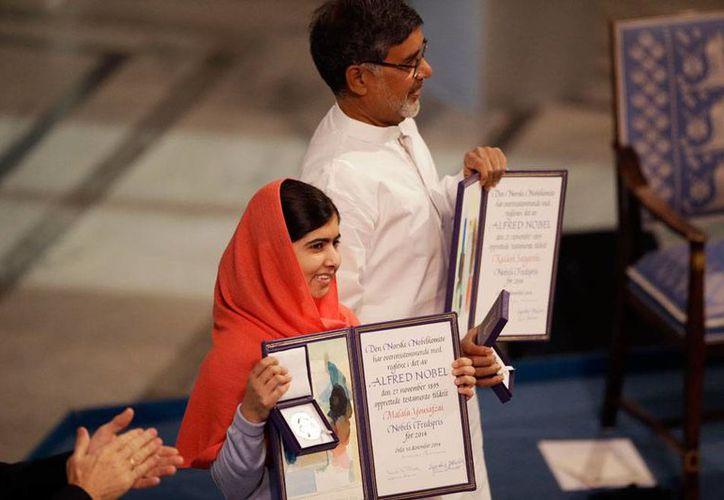 Malala Yousafzai y Kailash Satyarthi recibieron, además del galardón y medalla que los acredita como Premio Nobel de la paz 2014, 1.1 millones de dólares que dividirán en partes iguales. (AP)