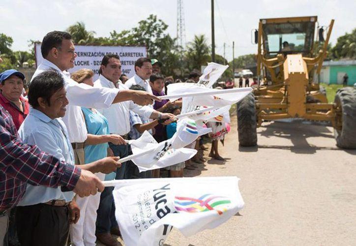 En comisarías de Tizimín, el Gobernador inauguró obras de infraestructura carretera y constató el saneamiento y clausura de dos exbasureros municipales. (Cortesía)