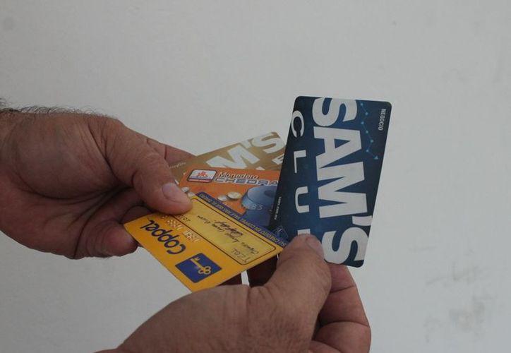 Los encuestados que usan tarjetas dijeron estar al corriente con sus pagos para no caer en el temido Buró de Crédito. (Edgardo Rodríguez/SIPSE)