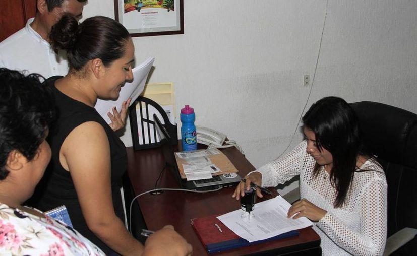 El Comité Ciudadano entregó ayer a los legisladores las firmas que recolectaron en contra del nuevo auditor superior del Estado. (Claudia Martín/SIPSE)
