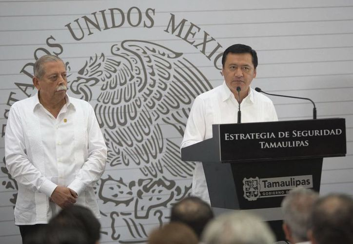 El gobernador de Tamaulipas, Egidio Torres Cantú (i) con el titular de Segob, Miguel Osorio Chong, durante el anuncio de la nueva estrategia de seguridad en Tamaulipas, el 13 de mayo. (Notimex/Foto de archivo)