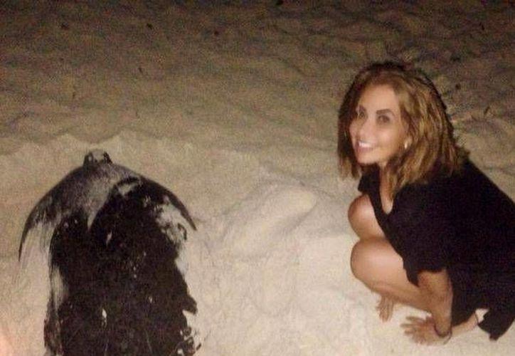Trevi, fue fotografiada junto a la tortuga y compartió sus imágenes a través de su cuenta de Twitter. (Foto/@GloriaTrevi)