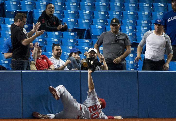 Gran atrapada de Matt Joyce, de Angelinos de Los Angeles, que de todas formas perdieron 8-4 ante Azulejos. (Foto: AP)