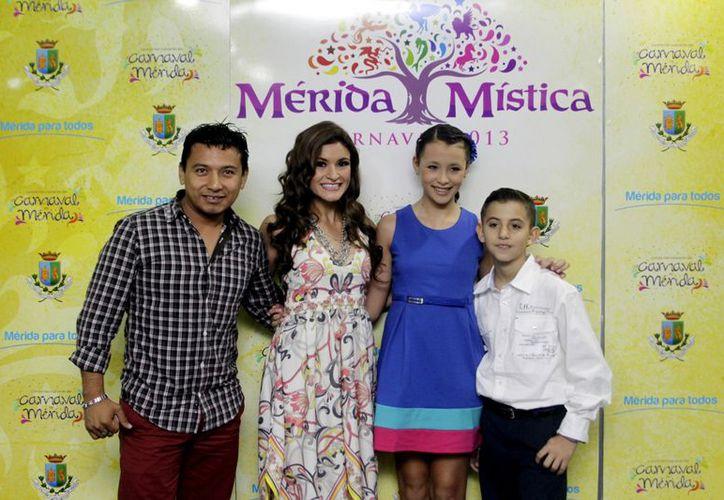 Los soberanos del Carnaval Mérida 2013, Malena y Pierre David, con los reyes infantiles. (Christian Ayala/SIPSE)