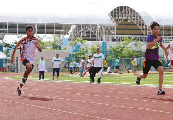 Los atletas se brindaron al máximo para conseguir las marcas requeridas por la Conade tanto en pruebas de campo como en pista.  (Raúl Caballero/SIPSE)