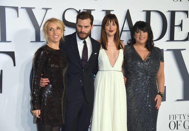 Sam Taylor-Johnson, Jamie Dornan, Dakota Johnson y la escritora E.L. James durante el estreno de 'Fifty Shades of Grey' en Londres. (Foto: AP)