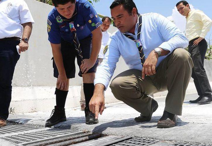 El scout Martín Ortigoza Alvarez, Alcalde por un Día, acompañó a Renán Barrera Concha en gira de trabajo. (Cortesía)