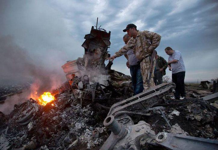 Inspectores revisan los restos del avión derribado de Ucrania. Rusia enviará 28 peticiones a la comisión investigadora, que buscan resolver varias incógnitas sobre el incidente. (AP)