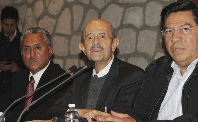 Fausto Vallejo (centro) expresó que en el caso de los ataques contra la CFE y gasolineras, lo que hay solo son sospechosos. (Notimex/Foto de archivo)