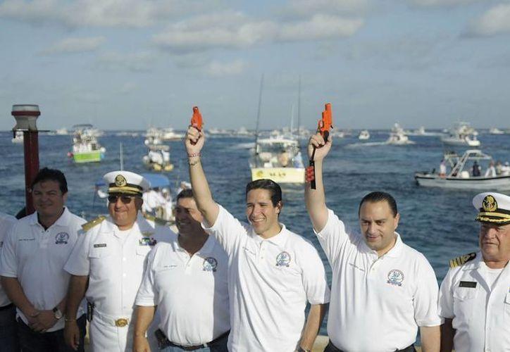 Autoridades participantes en el disparo de salida a las embarcaciones. (Cortesía/SIPSE)