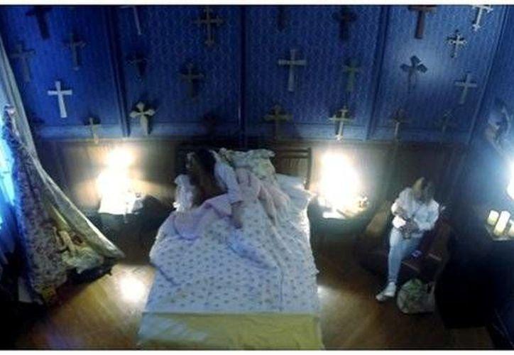 En la grabación se puede observar a tres mujeres víctimas de la broma, que son supuestamente contratadas para cuidar a una mujer enferma. (Captura de pantalla)