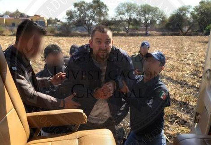 Momento del arresto de Carlos Alberto Fernández Montejo, líder de la banda de exfederales que robaban grandes cantidades de combustible. (Fotos especiales tomadas de Mlenio)