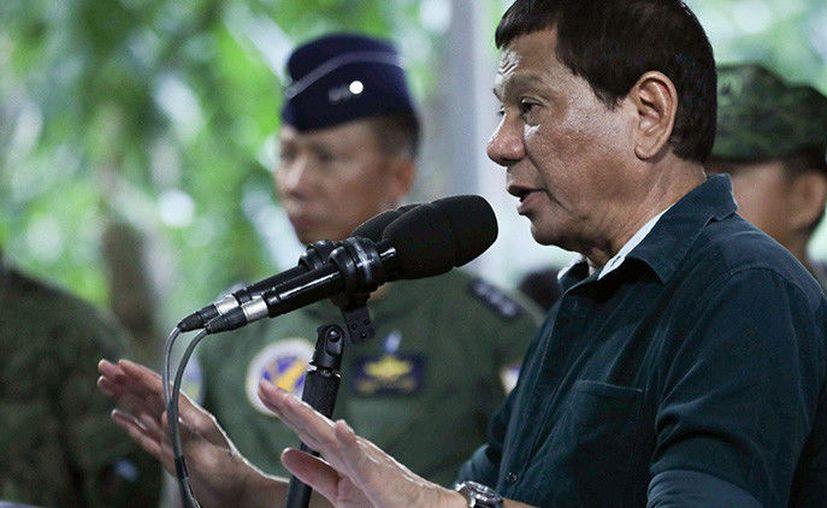 El presidente filipino Rodrigo Duterte dijo en broma que los miembros de la milicia de su país pueden violar a mujeres. (Foto: RT)