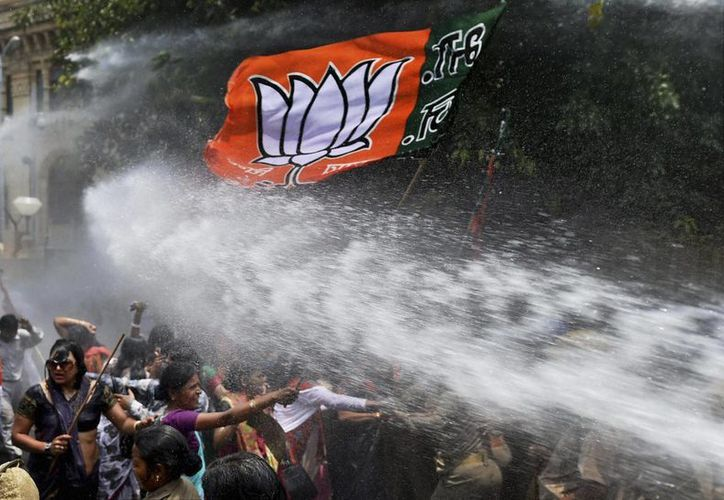 Momento en que la policía hace uso del cañón de agua contra las mujeres que se manifestaban. (Agencias)