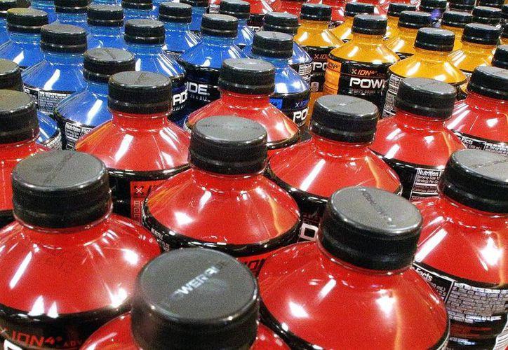 La OMS dice que gravar las bebidas azucaradas podría ayudar a reducir el consumo de azúcares. (AP/Seth Perlman)