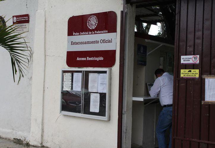 El ex presidente municipal enfrenta con otros servidores públicos tres denuncias penales presentadas por la Aseqroo. (Joel Zamora/SIPSE)