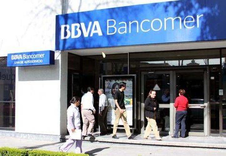 Los ladrones <i>disfrazados</i> entraron a la sucursal Bancomer de Tecamachalco, hicieron el trámite de rigor para el traslado del efectivo y se marcharon sin que nadie se enterara de que ocurrió un asalto. (Milenio)