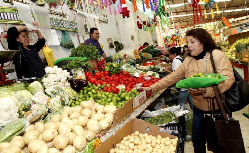 En 2015, algunos productos alimenticios como la carne de res, frutas y verduras registraron aumentos de entre 12 y 45 por ciento en el país. (Archivo Notimex)