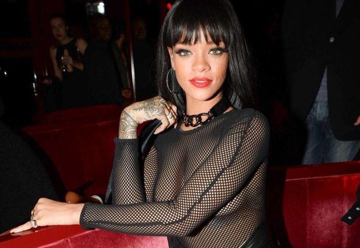 Rihanna lució topless en una fiesta que la casa de modas Balmain ofreció en París. (Milenio)