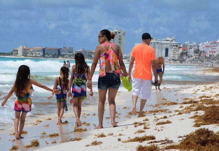 Para los turistas estadounidenses es más favorable el comportamiento de la moneda pues el dólar vale unos pesos más. (Victoria González/SIPSE)
