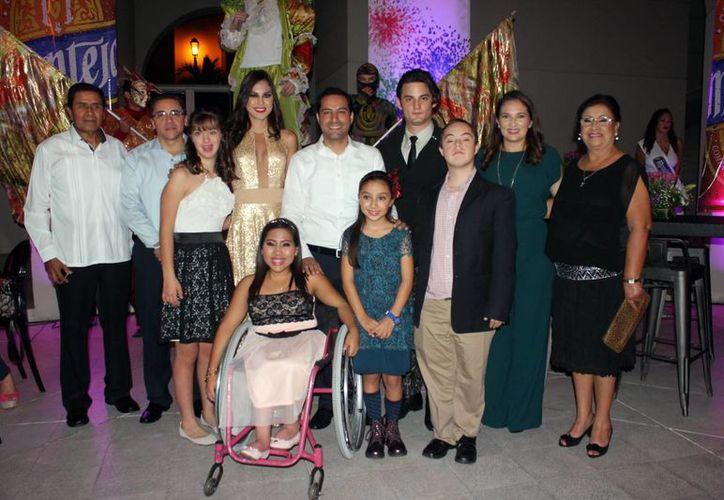 Imagen de los Reyes de las fiestas  carnestolendas acompañados del Alcalde de Mérida. (Milenio Novedades)
