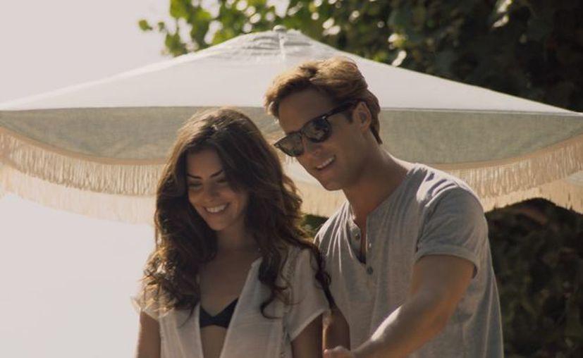 En 'Luis Miguel, la serie' el intérprete aparece con una actriz de nombre Adela, con quien se le vio muy romántico. (Netflix)