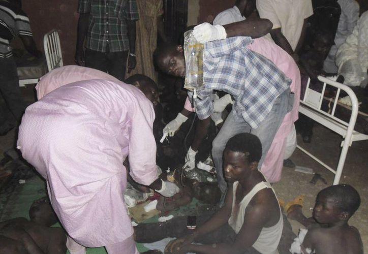 La multitud detuvo a un sospechoso del ataque explosivo, que resultó ser un agente de la policía. (AP)