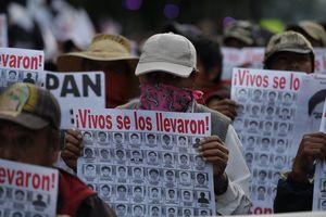 Marcha por 43 estudiantes de Ayotzinapa desaparecidos