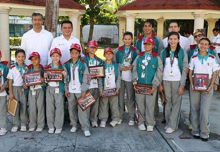 El alcalde cozumeleño no sólo entregó los reconocimientos a los atletas, también aprovechó el evento para ratificar su compromiso con el deporte y exhortar a los estudiantes a seguir adelante. (Redacción/SIPSE)