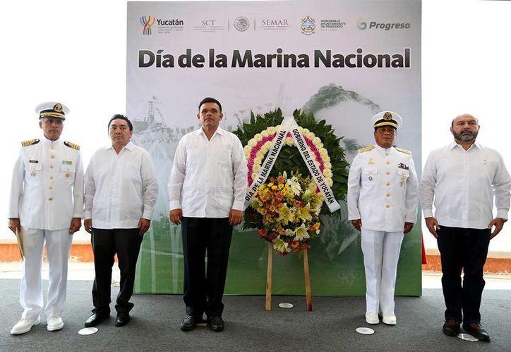 El gobernador Rolando Zapata Bello encabezó las actividades con motivo del Día de la Marina en el puerto de Progreso. (SIPSE)