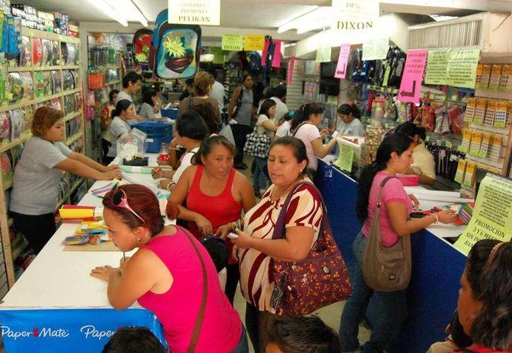 Madres de familia compran útiles escolares en una papelería del centro de la ciudad. (SIPSE)