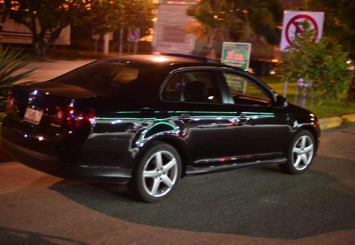 Uno de los vehículos que fue adquirido con el cheque falso que entregaron los veracruzanos. (Luis Pérez/SIPSE)