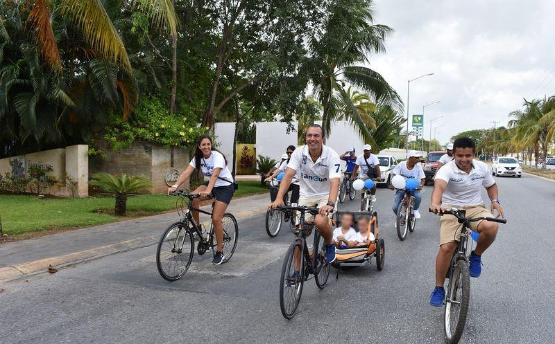 Carlos Orvañanos visita las calles de Cancún. (Cortesía)