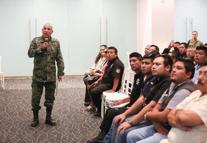 Personal militar impartió un taller de capacitación en el manejo de pólvora, a funcionarios municipales. (Milenio Novedades)
