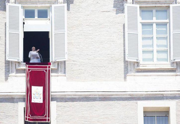 El Papa Francisco saluda desde el balcón de la Plaza de San Pedro, en el Vaticano, tras el tradicional rezo del Angelus. (EFE)