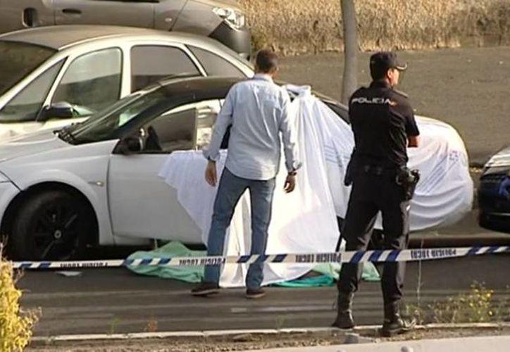 Imagen del lugar de los hechos en en la isla de Gran Canaria, donde policías recorren el lugar alrededor del cadáver de uno de los muertos.  (antena3.com)